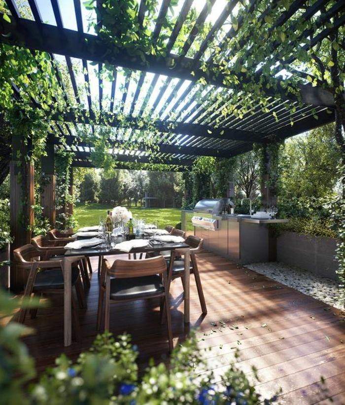 cuisine d'extérieur aménagée sous un patio avec une verdure grimpante