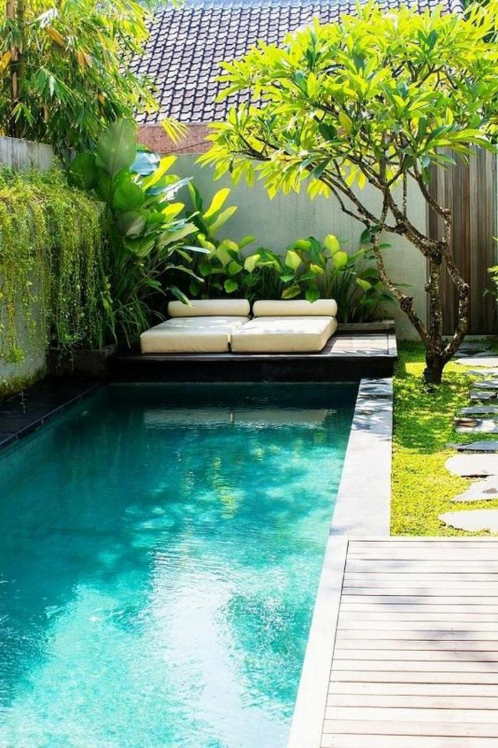 aménagement d'une petite piscine, ambiance zen dans la cour intérieure, contour piscine en béton