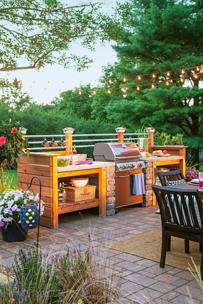 espace barbecue en pierre et en bois aménagé sur une terrasse, cuisine d'été aux touches colorées