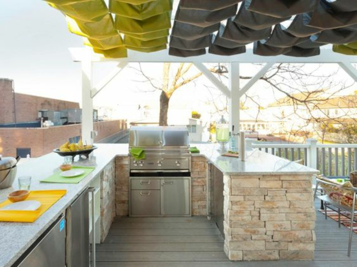 terrasse équipée d'un espace cuisine, cuisine d'extérieure en pierre à plan de travail marbré