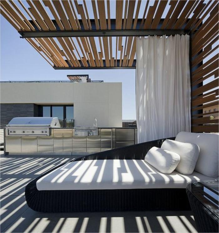 une pergola relaxant au design contemporain et une cuisine d'extérieur en acier chromé