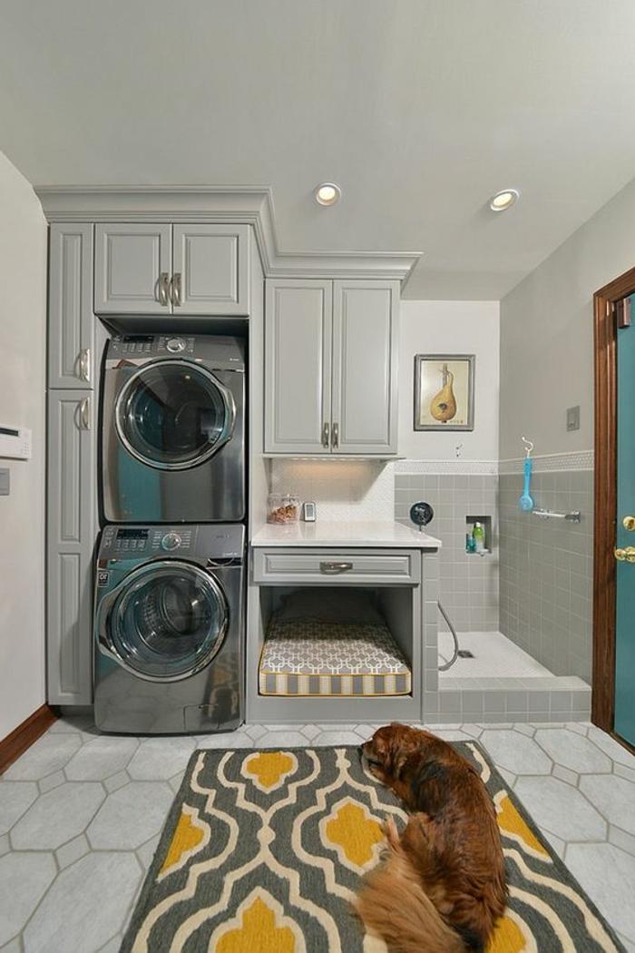 aménager sa buanderie, tapis en gris et jaune, deux machines et lit et douche de chien