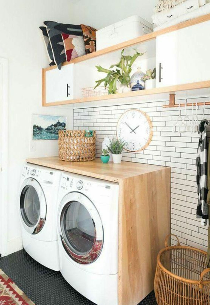 aménager sa buanderie, lave-linge et mur blanc, rangement suspendu