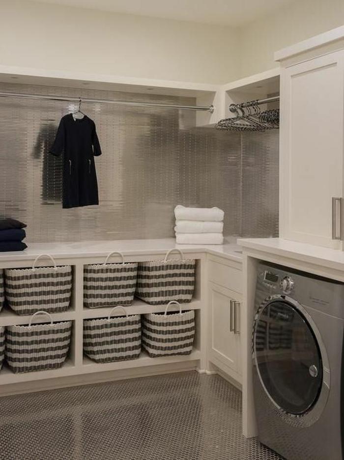 aménager sa buanderie, tuiles murales luisantes, paniers tressés et machine à laver
