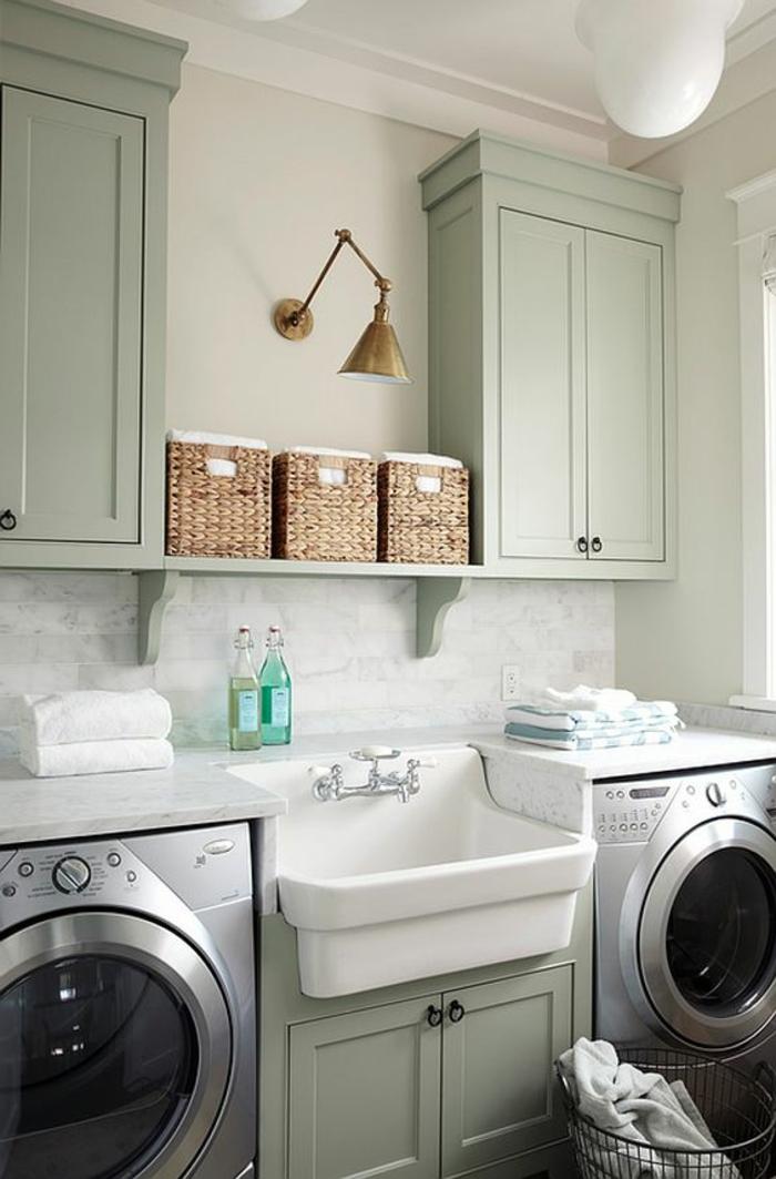 aménager sa buanderie, deux machines à laver, placards en couleur claire, paniers et applique murale