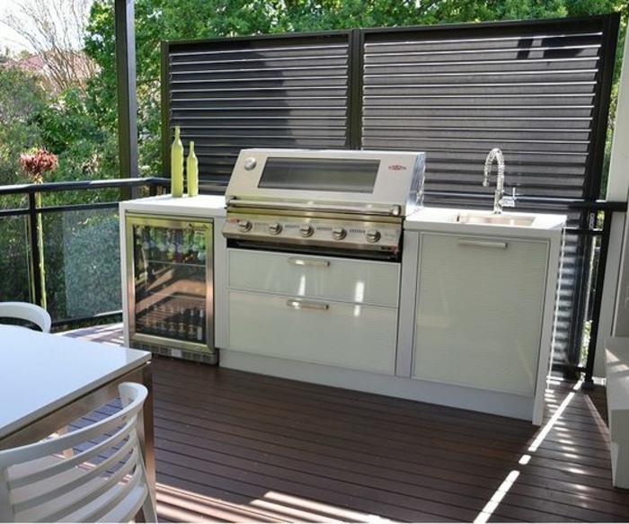 une cuisine d'été couverte à barbecue et mini frigo, rangements couverts ingénieux