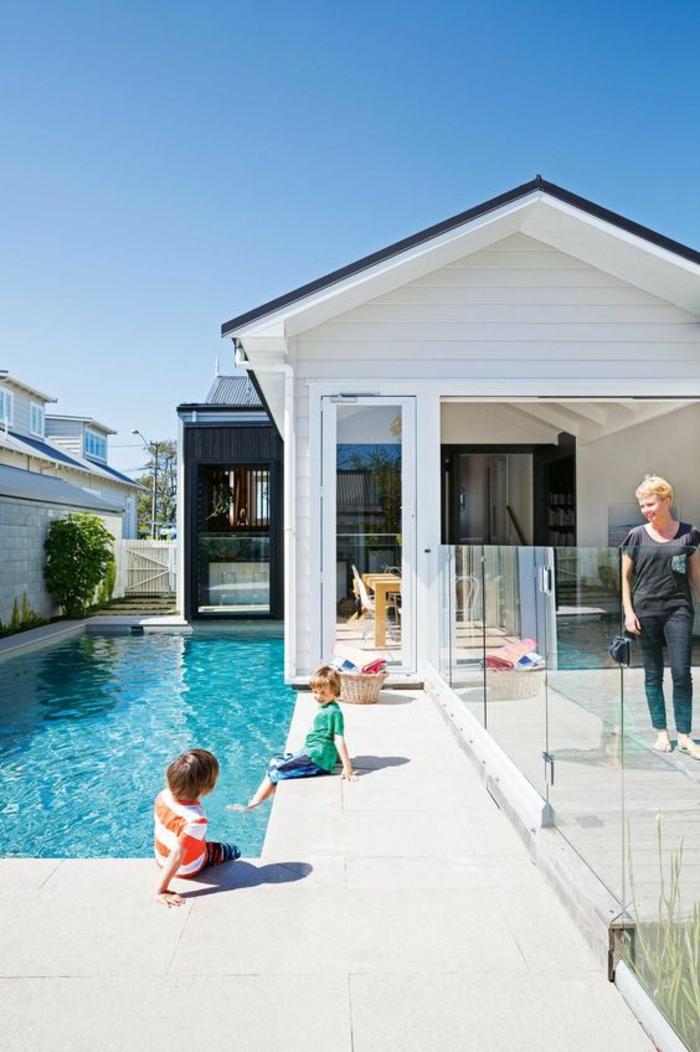 entourage piscine discret et barrière en verre pour assurer la sécurité des enfants