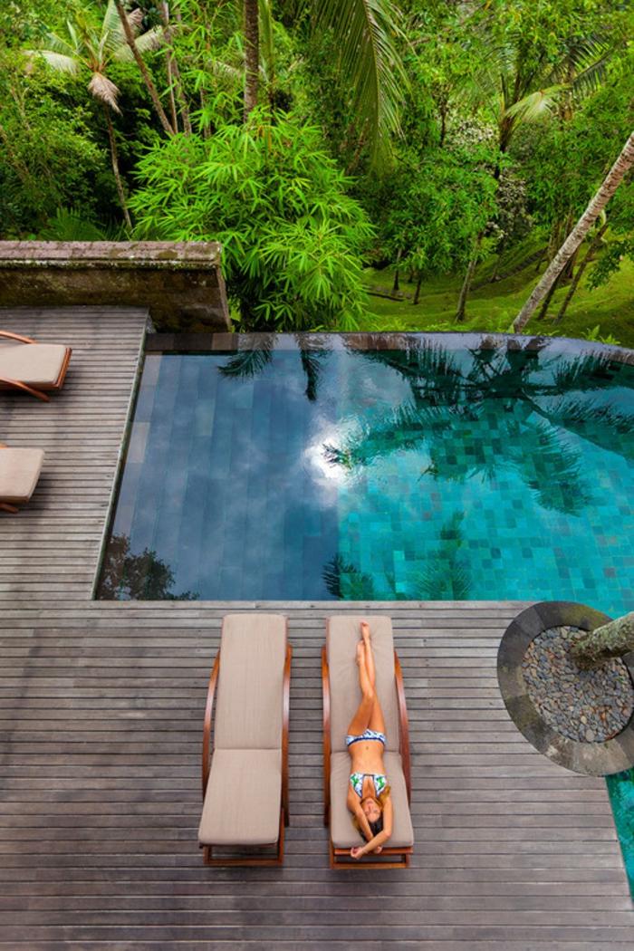 un élégant piscine à débordement au design contemporain, plage de piscine bois composite