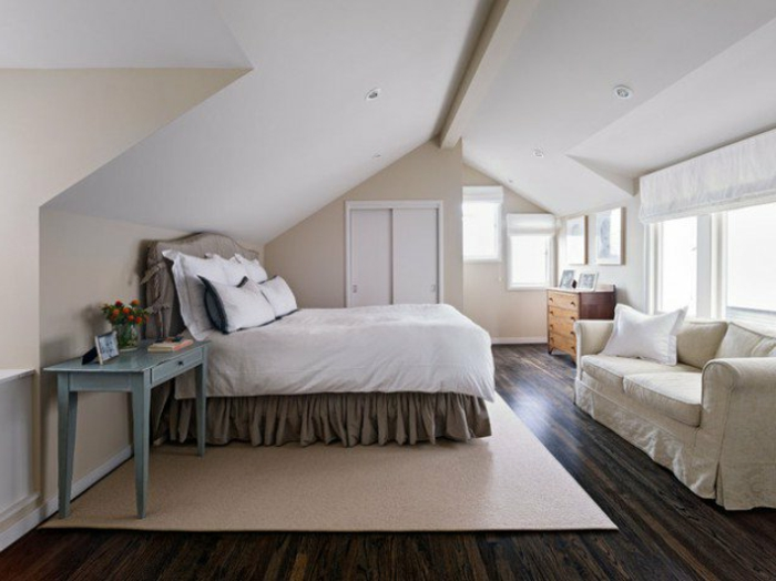 couleur mur beige, toit masardé blanc, tapis beige, linge de lit blanc et gris, canapé blanc, bureau vintage, commode en bois, amenager comble