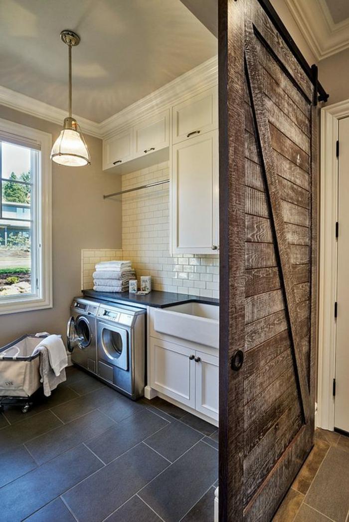 amenagement buanderie, porte style grange, carrelage métro, aménagement style cottage