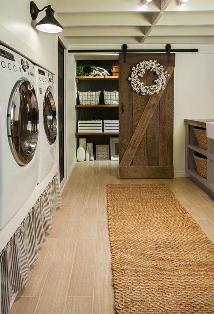amenagement buanderie, tapis sisal et porte coulissante, lave-linge en hauteur