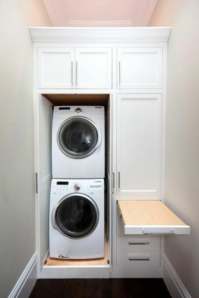 amenagement buanderie, lave-linge et sèche linge en hauteur, meuble blanc et table à repasser rabattable