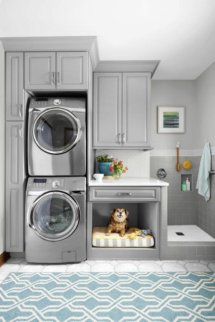 aménagement buanderie, laveuses en hauteur, lit de chien sous les tiroirs et douche de chien