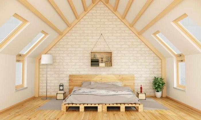 amenagement combles, déco en bois, lit en palettes, étagère en palette, parquet en bois, chambre écolo, pièce mansardée