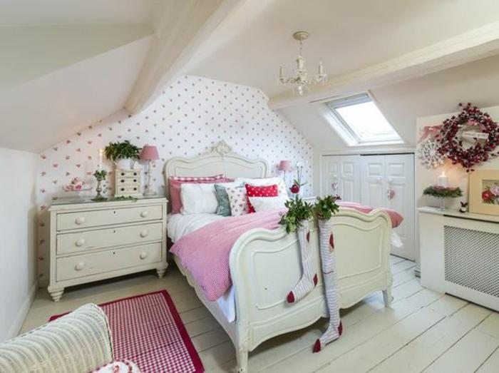 amenagement comble, mur accent papier peint à motifs floraux, lit blanc, couverture de lit rose, linge de lit blanc, coussins multicolores, commode vintage blanc, placards intégrés