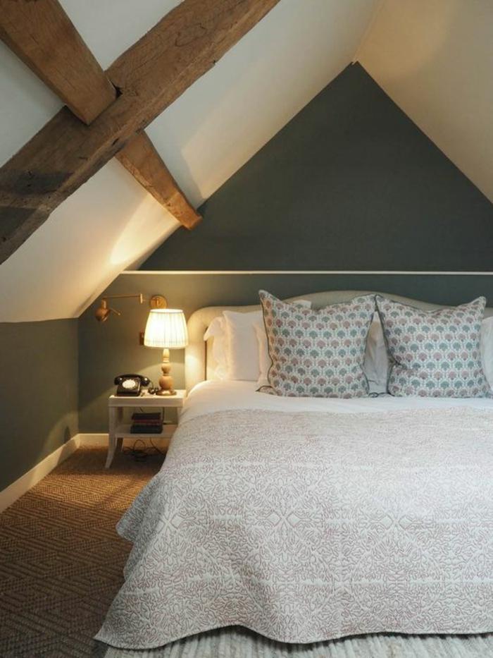 amenagement comble, poutres apparentes, couleur mur gris, plafond blanc, couverture lit blanc, coussins multicolores, idée déco chambre