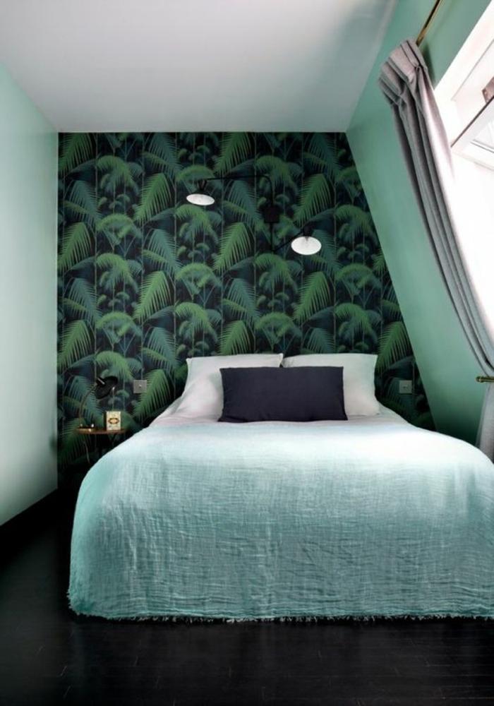 mur d'accent papier peint tropical, couleur peinture mur vert, couverture de lit verte, revêtement sil noir, luminaires