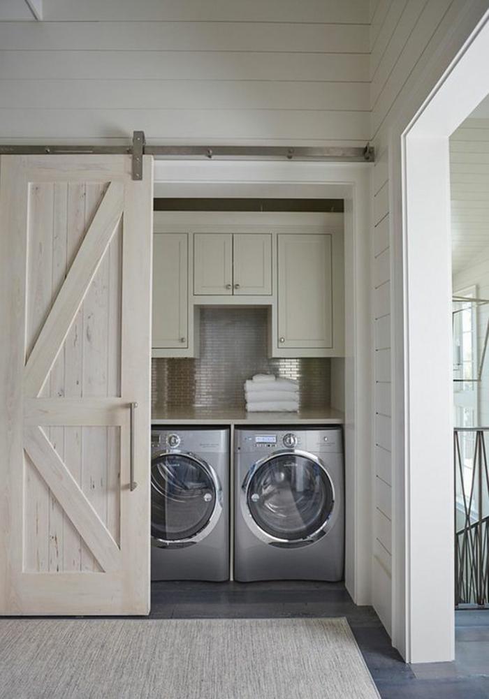 amenagement lingerie, deux laveuses cachées derrière une porte coulissante