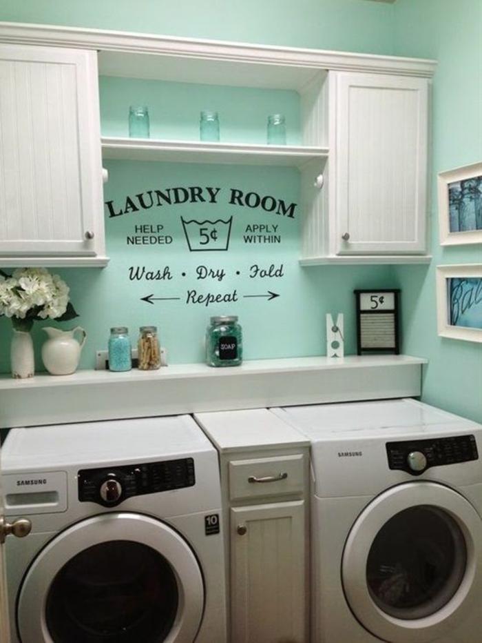 amenagement lingerie, peinture murale turquoise, deux placards suspendus, lingerie petit espace