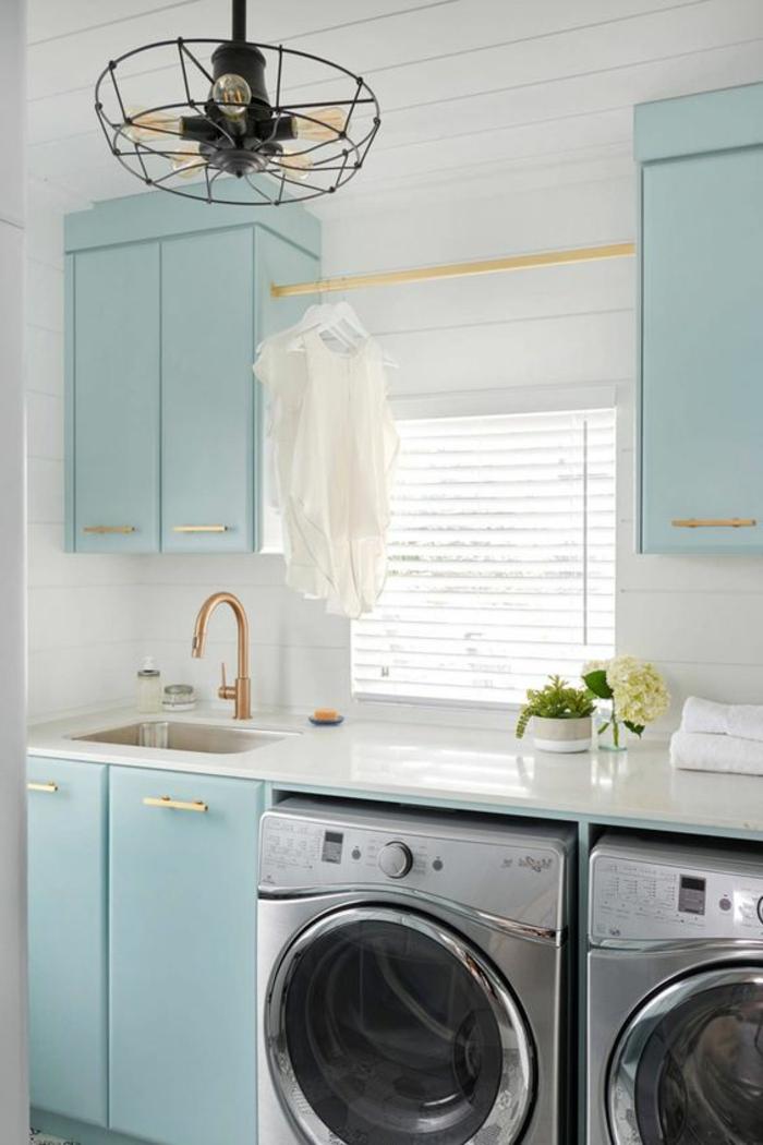 amenagement lingerie, placards bleus, évier et meubles bleus, robinet doré