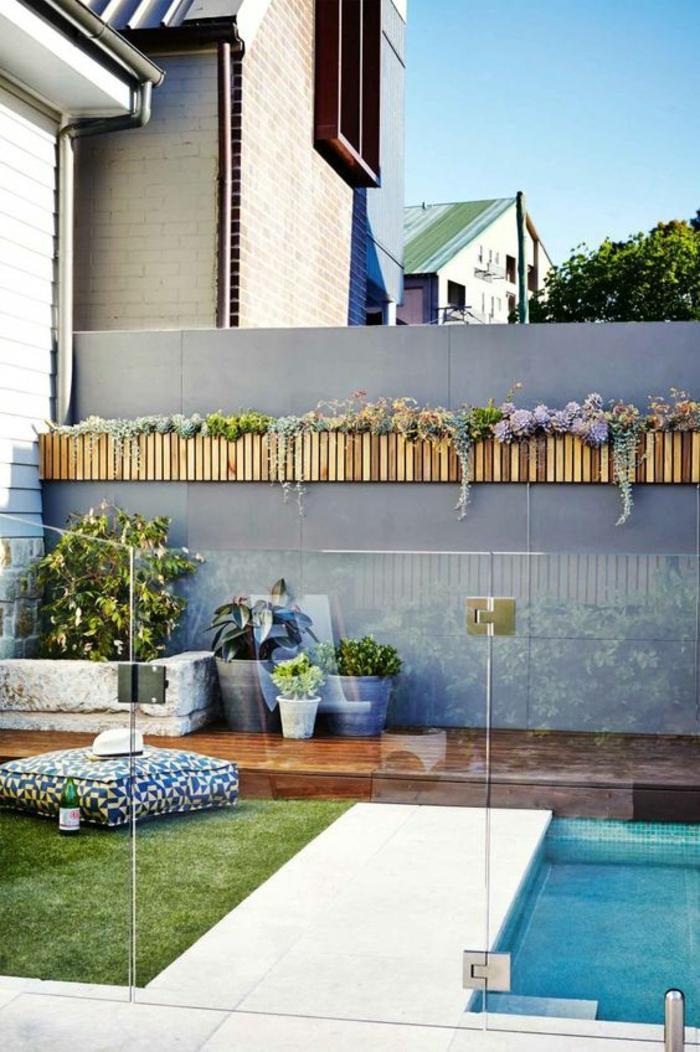 idée d'aménagement d'une petite piscine en béton, contour piscine en béton et en bois