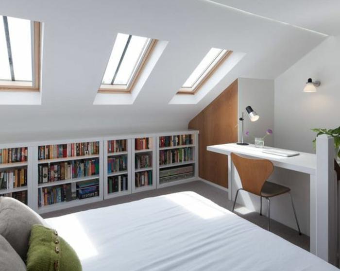 amenagemen comble, meuble mansard, placard sous pente bibliothèque, bureau blanc, chaise en bois, lit blanc, coussins vert et gris