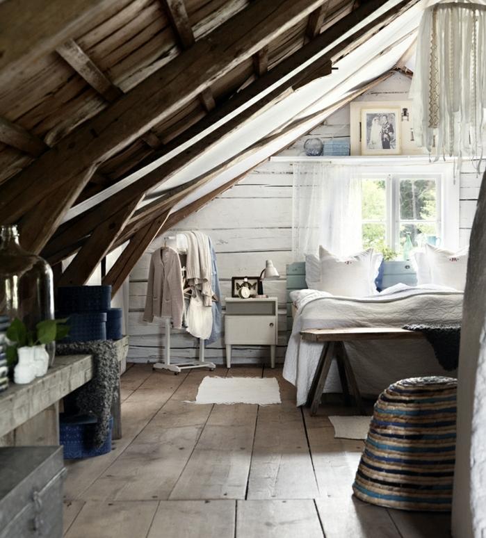 déco chambre sous pente, parquet en poutres de bois, toit mansardé en bois, poutres apparentes, lit en bois, bout de lit en bois naturel, déco chambre champetre chic