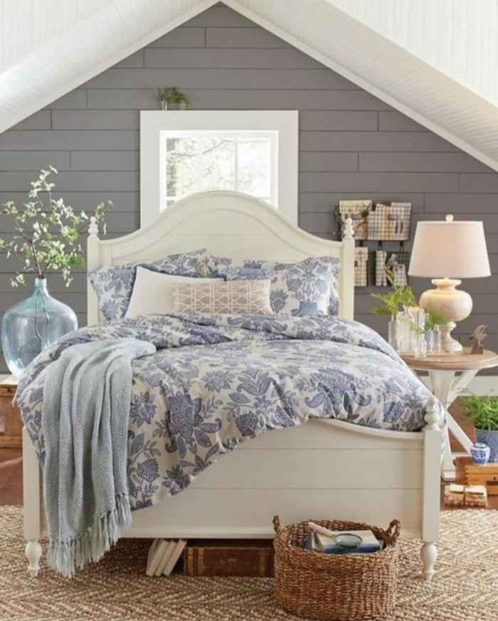mur d accent gris, lit blanc, couverture de lit, motif fleurs, table de nuit ronde, lampe de chevet vintage, plantes, amenagement comble