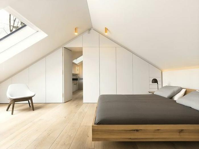 amenager comble, lit en bois suspendu, linge de lit gris, dressing sous pente blanc, chaise scandinave, parquet clair