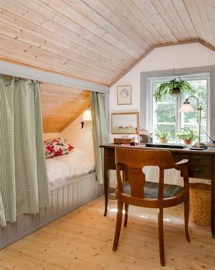 amenagement combles, parquet clair, bureau en bois vintage, chaise vintage, lit sous pente avec rideaux gris, design rustique