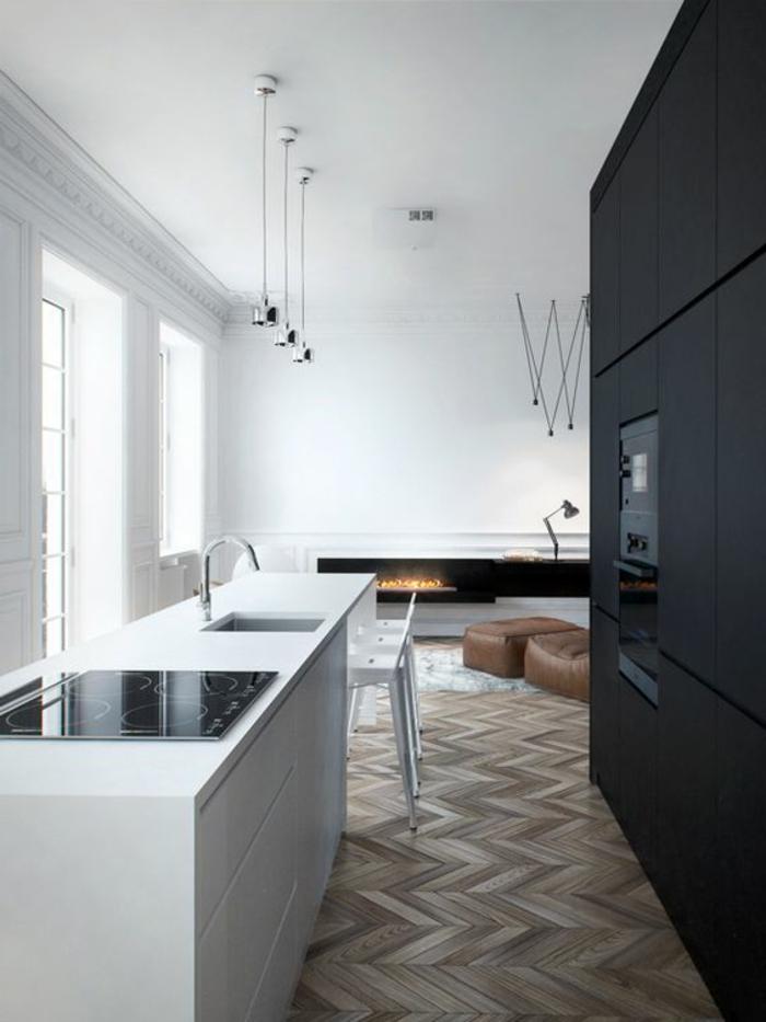 appartement minimaliste, sol parqueté, île de cuisine blanc, murs blancs
