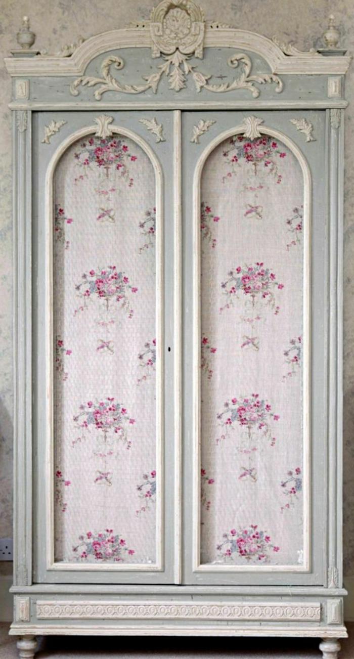relooker armoire ancienne avec du papier peint, armoire bleu clair pastel et détails décoratifs blancs, papier peint shabby chic, motif bouquet de fleurs