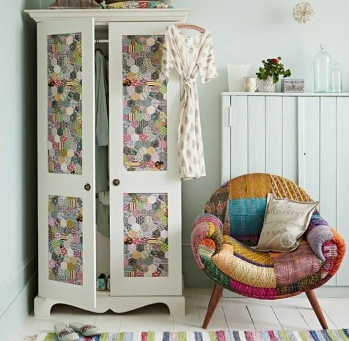 relooker un meuble, armoire ancienne blanc, customisé avec du papier peint à motifs points, tapis à rayures, canapé mutlicolore, parquet blanchi