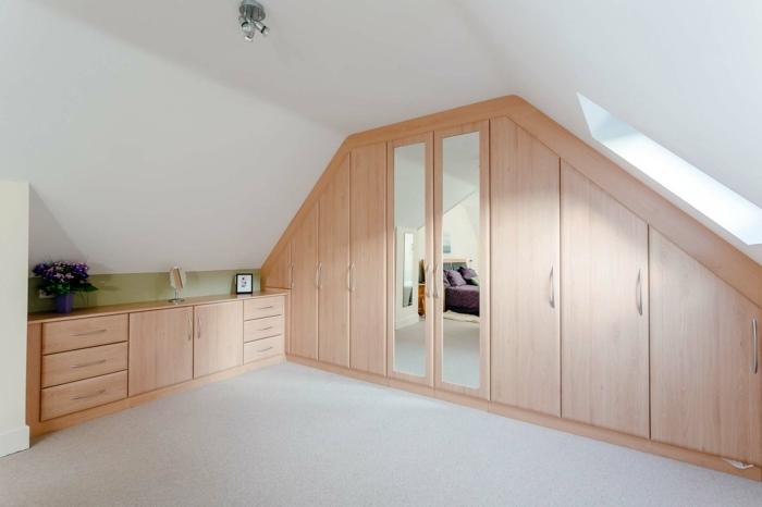 armoire sous pente en bois à différents niveaux, placard sous pente, idée de dressing sous pente en bois, miroir intégré