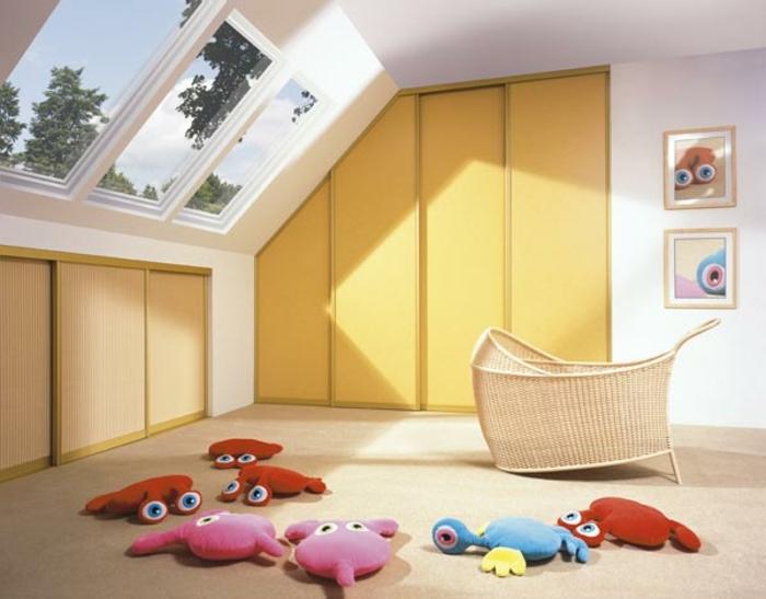 déco chambre sous pente enfant, lit bébé en rotin, armoire sous pente, idée de meuble sous comble teint doré