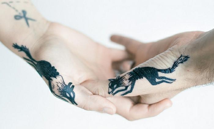 idée pour un tatouage sur les doigts des deux mains, motif loup, tatouage masculin