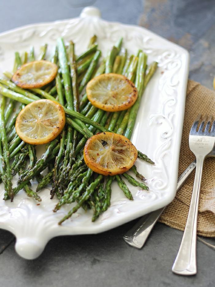 accompagnemet asperges au four cuites aves des rondelles de citron, repas de pques, légumes
