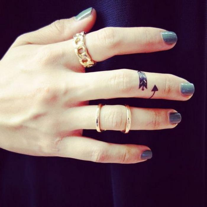 joli tatouage phalange à flèche façon bague
