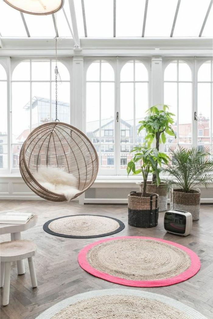 balançoire d intérieur, chaise boule suspendue, tapis ronds, plusieurs fenêtres