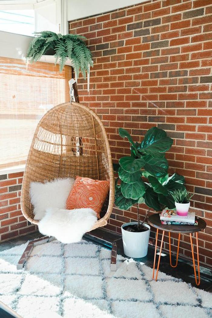 balançoire d intérieur, plantes vertes, mur briques apparentes, tapis berbère