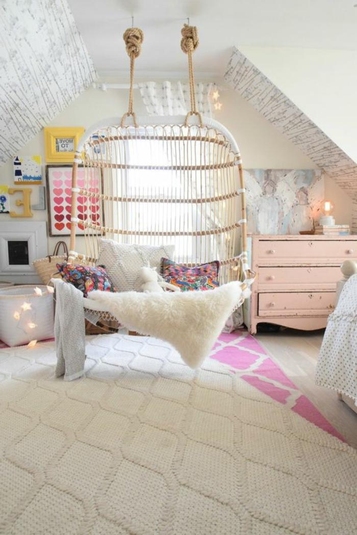 balançoire d intérieur, tapis géométriques, chaises suspendues en rotin, commode en bois, guirlande lumineuse