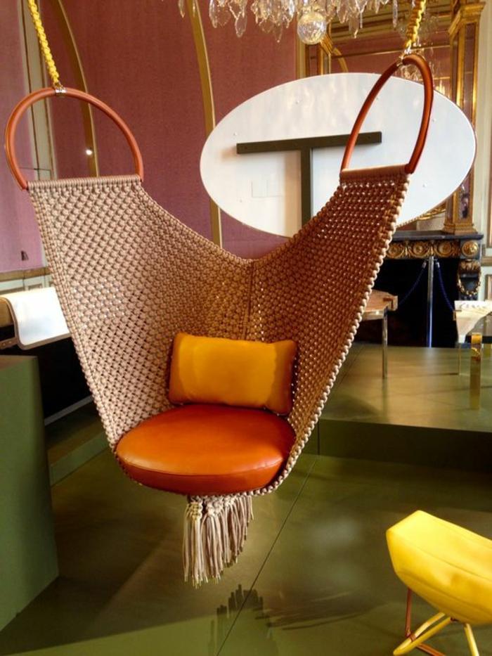 balançoire d intérieur, une siège rochetée avec assise en cuir