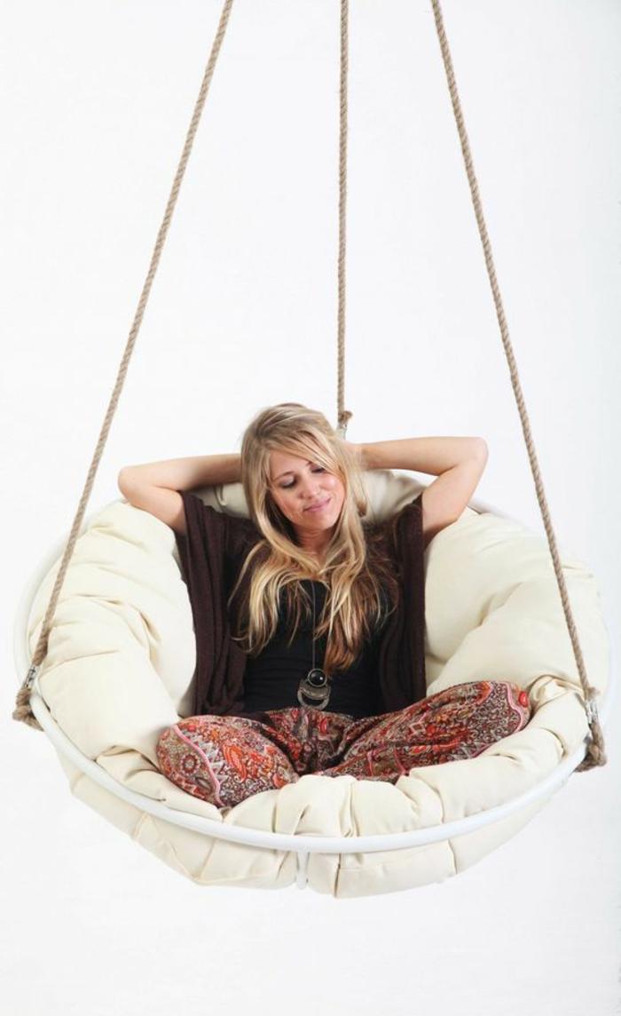 balancoire adulte, une siège balançoire suspendue au plafond