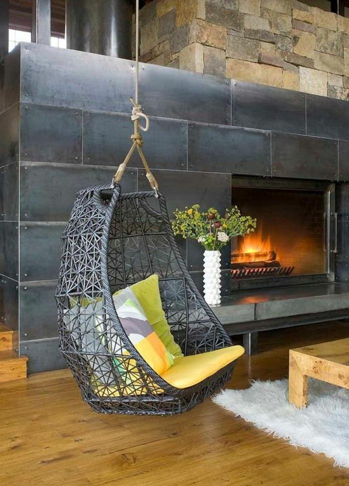 balancoire adulte, cheminée moderne métallique, chaise oeuf suspendue