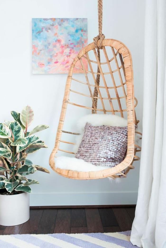 balancoire adulte, chaise suspendue en rotin, peinture abstraite et plante verte