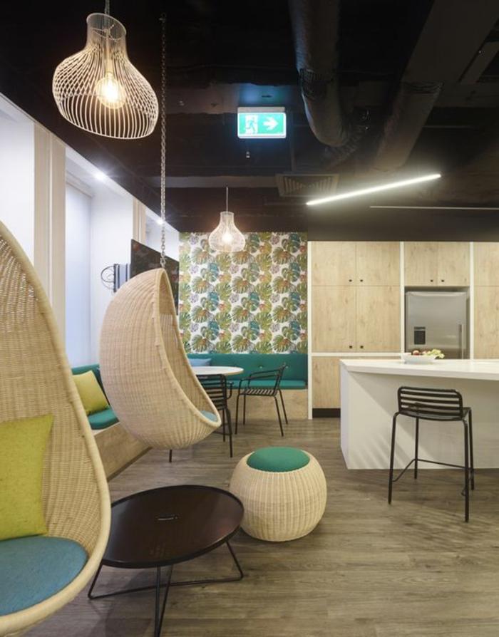 balancoire adulte, chaise oeuf suspendue, plafond original, salon et cuisine ouverte