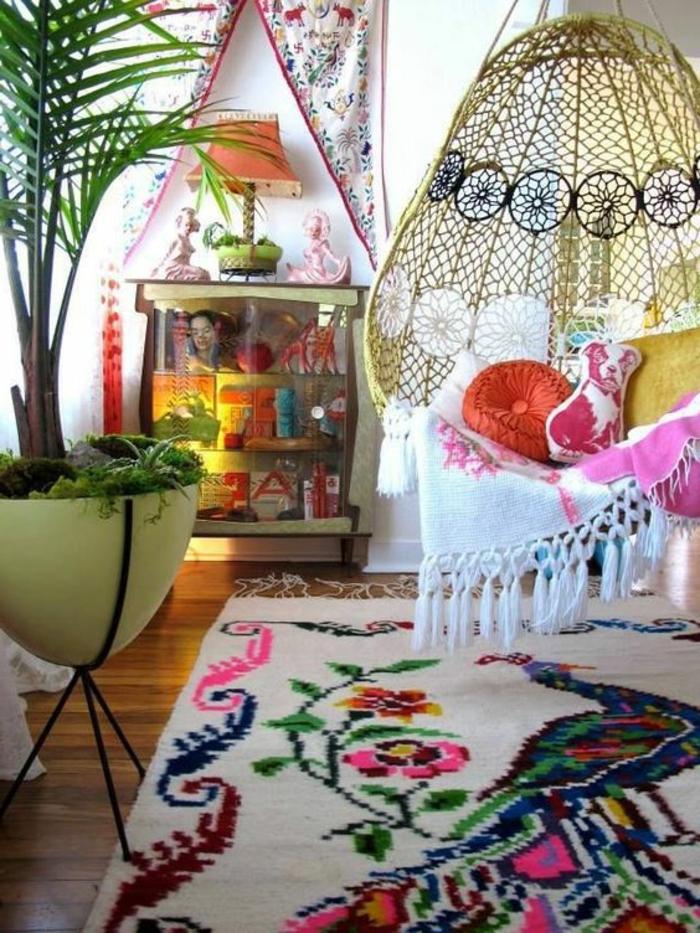 balancoire adulte de style boho, tapis original avec fleurs et paon