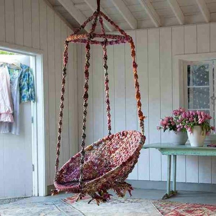 balancoire adulte, chaise balançoire bariolée style boho chic, table turquoise et pots de fleurs