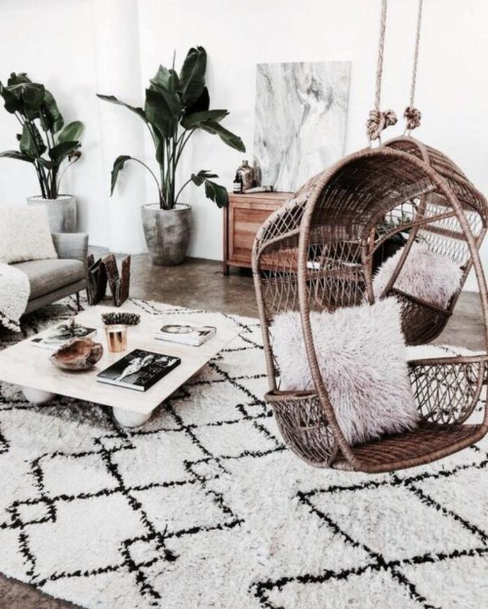 balancoire adulte, commode en bois, tapis berbère, table basse