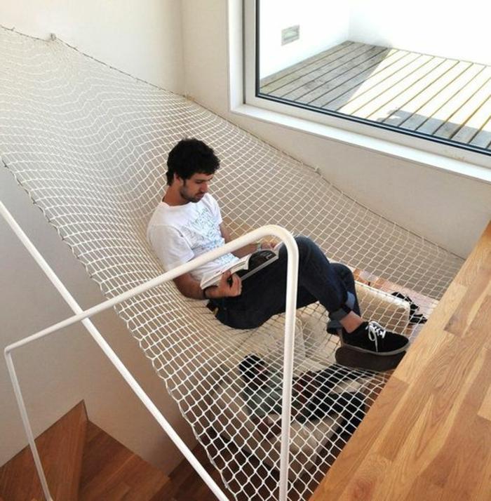 balancoire adulte, hamac monté au-dessus de l escalier moderne